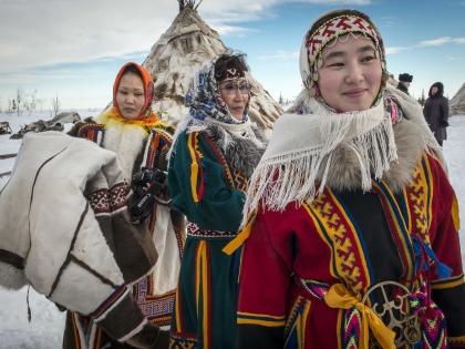 Ненецкие красавицы запросто установят чум за полчаса!