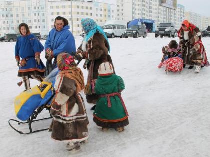 На праздник оленеводы приехали нарядные, с детьми