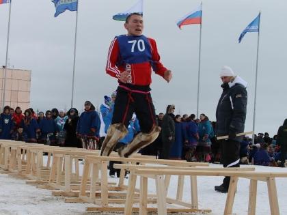 Прыжки через нарты - один из традиционных видов пятиборья