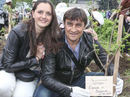 Катерина и Камиль Ларины рядом с посаженным деревом
