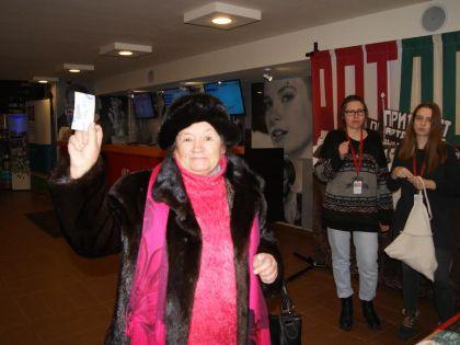 79-летняя Галина Корницкая, которой достался последний билет на фильм «Немцов»