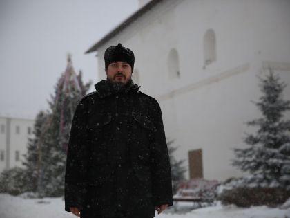 По словам о. Фотия, монастырские стены немного спасают от навалившейся славы