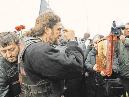 Байкер Хирург помолился на «неофициальную» икону Грозного при поддержке друзей с Кавказа
