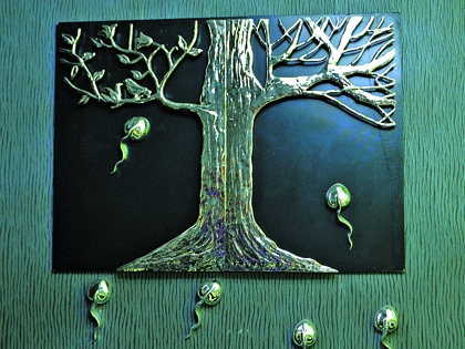 Инсталляцию на стене – «Дерево жизни» – музыкант придумал сам