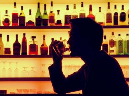 Мужчина выпивает в баре