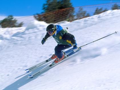 Лыжник на снежном склоне Андорры