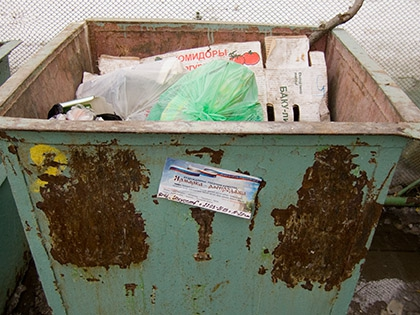 По версии следствия, тело в мусорный бак оттащили уже после смерти