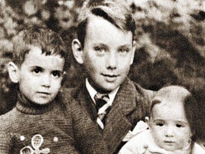Алексей с братьями Мишей и Борей. Последнего уже нет в живых, а Михаил стал священником