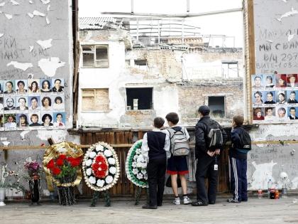 Школьники возле стены памяти погибшим в результате захвата школы 1 сентября 2014 года в Беслане