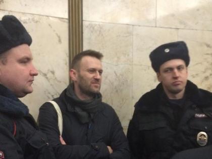 Алексей Навальный в окружении полицейских