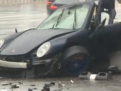 Porsche 911 въехала в фонарный столб в центре Москвы