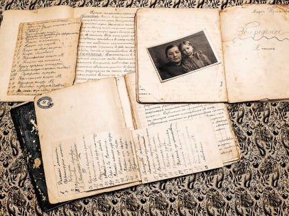 На фотографии среди писем: Виктория Тучинская в детстве с Марией Танской