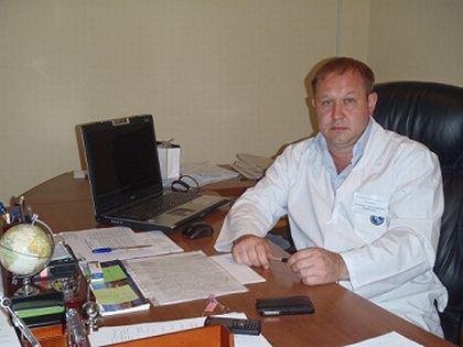 На официальном сайте главврачом значится врач-нейрохирург Александр Кондрашкин. Однако точной информации о том, был ли именно Кондрашкин отстранён, нет