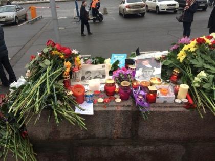 Спонтанный мемориал на месте убийства Бориса Немцова на Большом Москворецком мосту