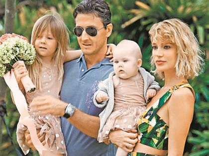 Певица с мужем и детьми