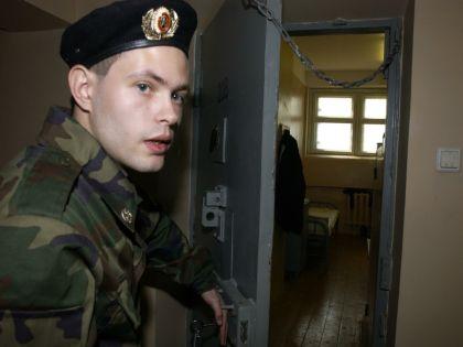 Молодой человек проникал в квартиры под видом мастера по замене труб