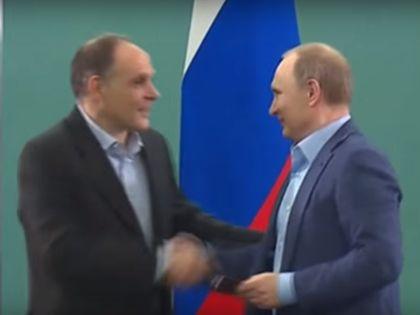Эцио Гамба получает паспорт из рук Владимира Путина