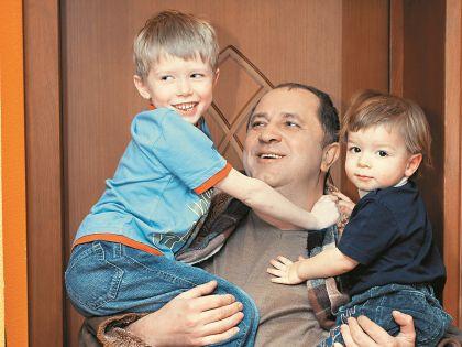Дети актера, Денис и Алексей, уже подросли, но за советом к отцу пока не приходят