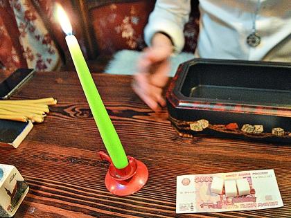 Зажгите зеленую свечу, потому что зеленый – это цвет денег, а свеча – как подношение духам