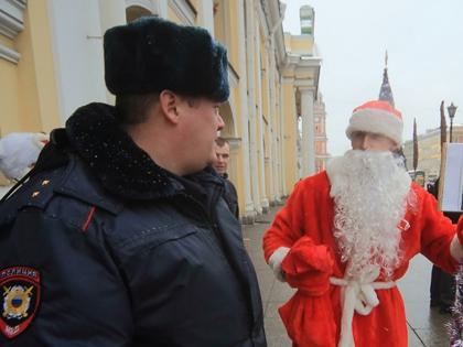 Нарядитесь Дедом Морозом, Снегурочкой или привидением. Выходите на улицу и поздравляйте прохожих
