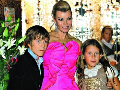 Лада Дэнс с детьми