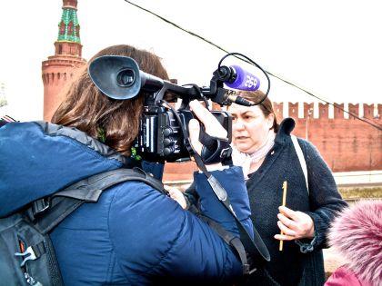 Москвичи приходят почтить память Немцова — и опасаются, что о переносе воскресной траурной акции не будет широко известно