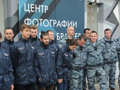 Утром в воскресенье вход в галерею блокировали сотрудники Центра профилактики правонарушений и подростки из оперативного молодежного отряда» движения «Офицеры России»