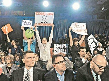 Корреспондента «Газеты недели в Саратове» Романа Дрякина с огромным портретом Путина и надписью «Спроси меня о диктатуре» охрана хотела завернуть еще на входе. Но ему таки удалось успокоить досматривавших его