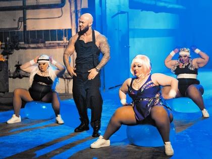 """кадр из клипа на песню """"Время похудеть"""""""