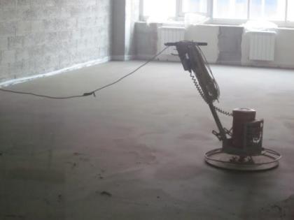 Выравнивание пола с использованием полусухой стяжки не останавливает ремонт надолго и позволяет очень быстро приступить к укладке финишного покрытия