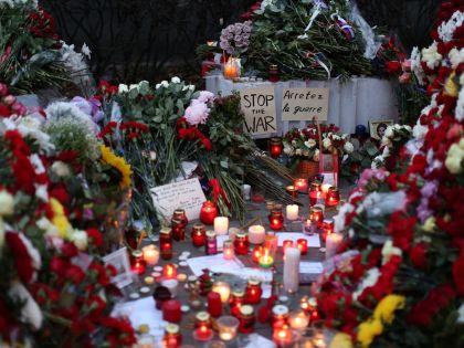 Цветы у французского посольства в Москве