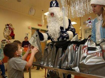 Дед Мороз и Снегурочка поздравляют детей