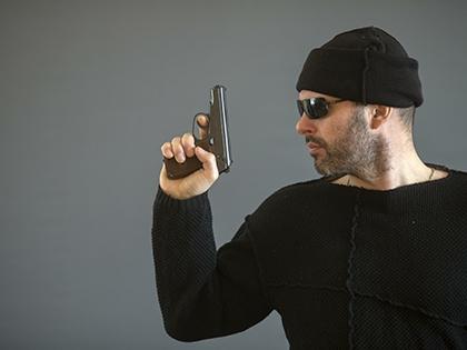 В руках злоумышленника находился предмет, похожий на пистолет
