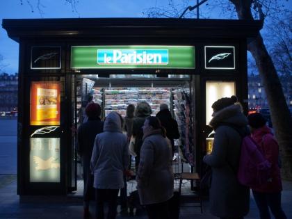 Покупатели нового номера Charlie Hebdo в Париже