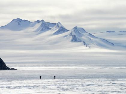 Ученые исследуют космическую пыль в снеге Антарктиды