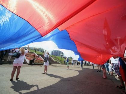 Люди с российский флагом