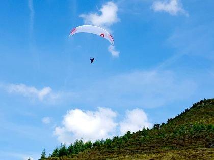 Полетать на параплане над долиной