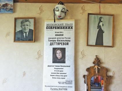 Стены в квартире актрисы увешаны ее молодыми фото и театральными афишами