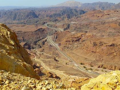 Дорога из аэропорта петляет среди гор