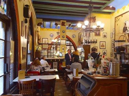 На стене панно, изображающее основателей легендарного ресторана