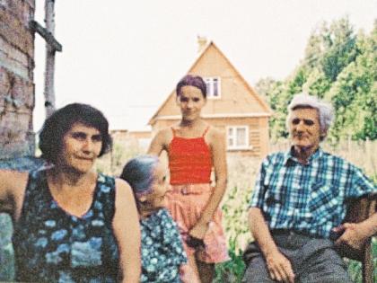 Пожилая Людмила Павличенко, ее невестка Любовь Давыдовна, внучка Алена и любимый сын