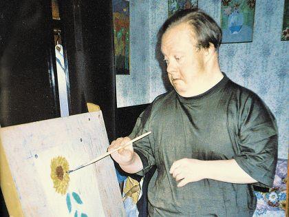 Сын звезды с удовольствием рисует цветы и букеты