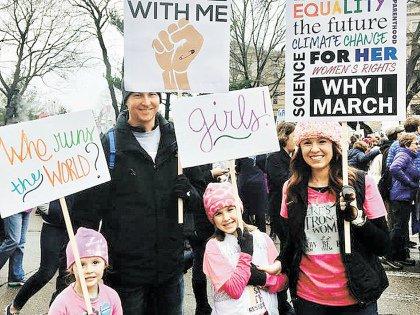 Пока Дональд и Мелания вальсировали, на улицах стояли с плакатами