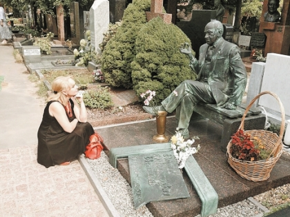 Актриса каждый месяц бывает на могиле Евстигнеева