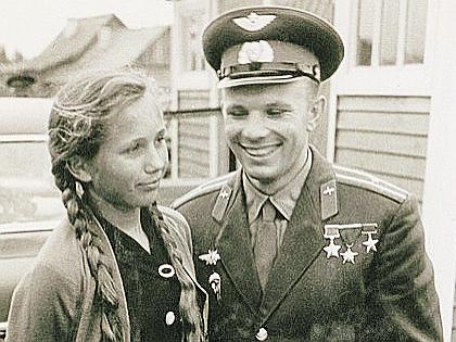 Юрий Гагарин с племянницей