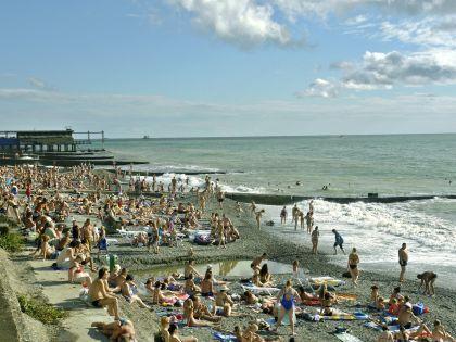 Желающим отдохнуть летом на сочинском пляже лучше озаботиться турпутевками заранее