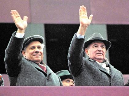 Михаил Горбачев на демонстрации в марте 1990-го
