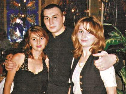Вахтанг Давиташвили с двоюродной сестрой Женей (справа) и племянницей Викторией