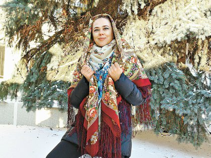 Стала художницей, чтобы радоваться тому, что женщины носят платки с ее узорами