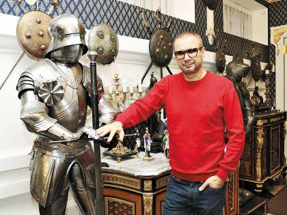 Железные рыцари вероятно, по фэншуй, охраняют дом Андрея от злых сил